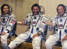 Ruský kozmonaut Michail Tjurin, Američan Michael Lopez-Alegria a turistka iránskeho pôvodu Anousheh Ansariová.