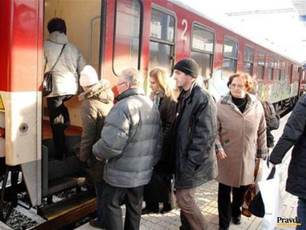 Vlak, stanica, cestujúci