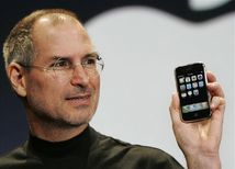 Steve Jobs ukazuje Apple iPhone
