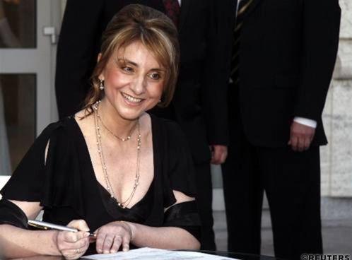 Generálna riaditeľka Slovenského národného divadla Silvia Hroncová sa podpisuje na pamätný list.