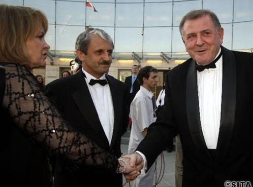 Vladimír Mečiar si podáva ruku s manželkou Mikuláša Dzurindu.