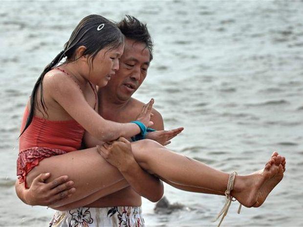 10-летняя девочка проплыла 3 километра со связанными конечностями.