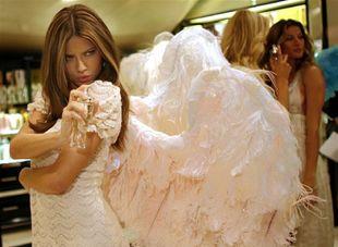 Topmodelka Adriana Lima prezentuje parfum značky Victoria´s Secret.