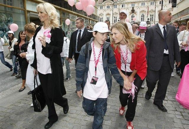 Daniela Peštová (vpravo) a jej syn Yannick na pochode Prahou v rámci charitatívnej akcie Avon proti rakovine prsníka.