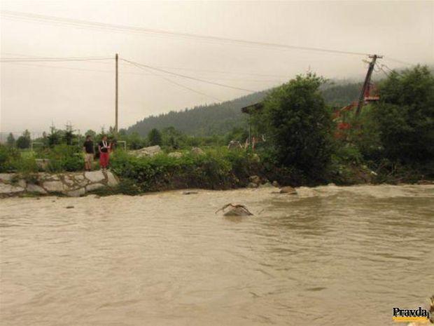 Stromy, elektrické stĺpy a skaly plávali v inokedy nenápadnej