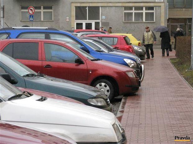 autá, chodník, parkovanie