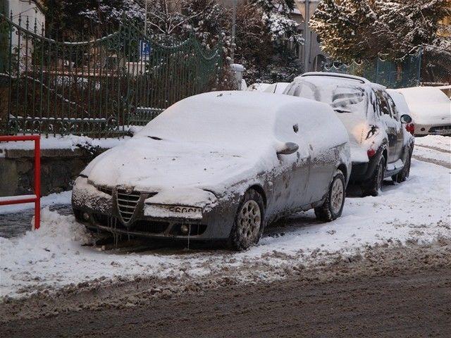 zasnezene auto