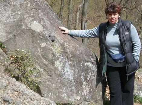 Zvuk z trúbiaceho kameňa vie vylúdiť len niekoľko ľudí. Patrí k nim aj miestna starostka Anna Triznová.