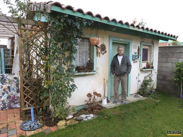 Záhradný domček pôsobí útulne, akoby tu stál už roky. Vnútri to vonia levanduľou.