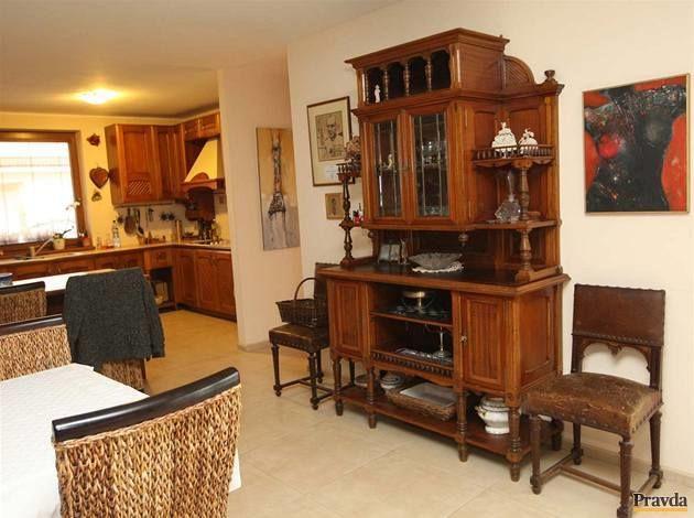 Tento sekretár je starožitný kus, ale so svojimi majiteľmi žije.