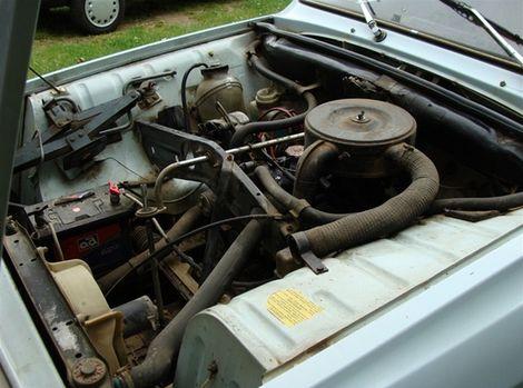 """Predĺžená """"šaltpáka"""" pokračuje ponad motor až nad prevodovku."""