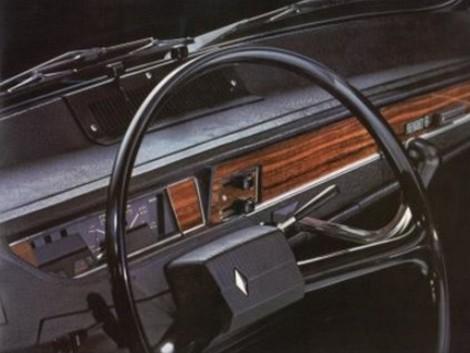 Napravo od volantu trčí z palubnej dosky radiaca páka.