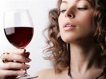 žena, alkohol, drink, víno, červené, party, oslava, prípitok