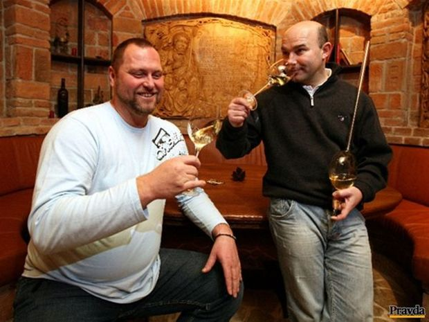 Vinárska dvojica Vladimír Mrva  a Peter Stanko (vľavo)