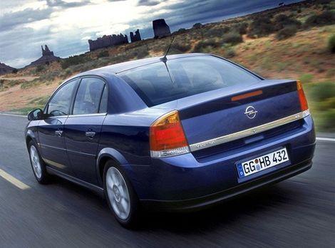 Ako prvý Opel predstavil komfortne ladený sedan.