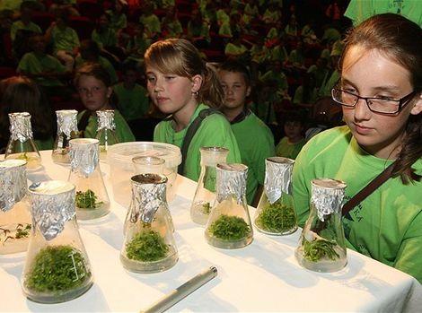 Študenti Detskej univerzity Komenského nielen počúvali prednášku, ale aj sledovali pokusy.