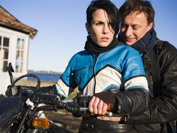 Lisbeth sa skrýva za extravagantný výzor a priťahuje ďalšie nešťastia. Lisbeth a Mikaela stvárňujú vo filme Muži, ktorí nenávidia ženy Noomi Rapace a Michael Nyqvist.