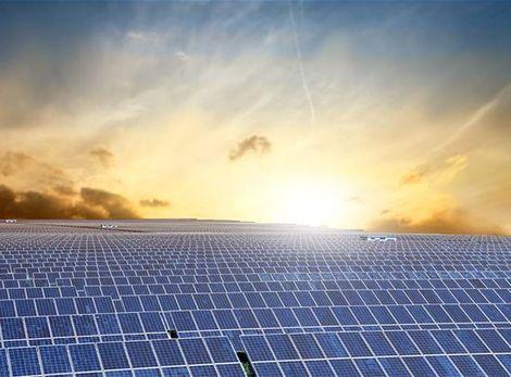 Stovky samočinne sa nastavujúcich zrkadiel (heliostatov) zachytávajú slnečné lúče.