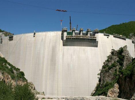 Priehrada je obrovská vodná nádrž a umožňuje regulovať množstvo vyrábanej elektrickej energie.