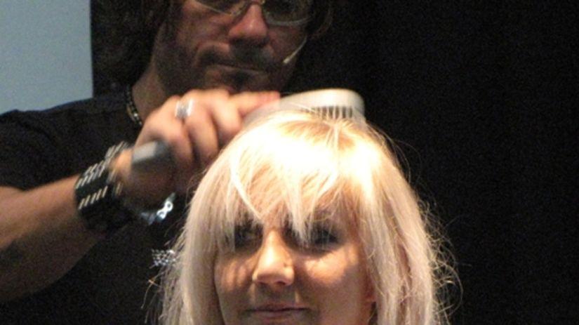 Video  Strih na zväčšenie objemu jemných vlasov. Video  Strih na zväčšenie  objemu jemných vlasov. Taliansky kaderník predvádza ... 43c088d5233