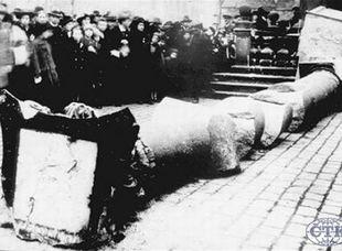 Rúcanie pomníkov v Československu sa začalo hneď po prevrate. Mariánsky stĺp na Staromestskom námestí v Prahe však padol omylom.