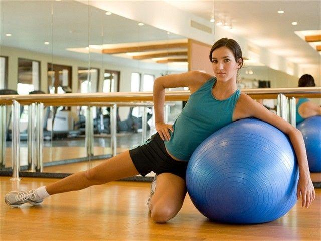 Cvičenie, žena, chrbtica, fit lopta, zrkadlo, rehabilitácia.