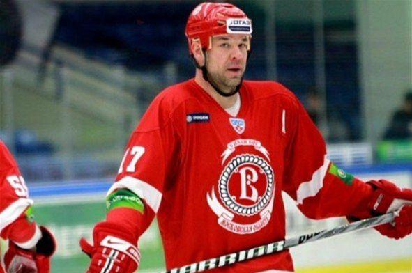 Chris Simon vstúpil do KHL v roku 2008 v drese Čechova. V tradičnom tíme bitkárov odohral v debutovej sezóne 40 zápasov, strelil osem gólov, na dvadsať prihral a nazbieral neuveriteľných 263 trestných minút! Je to jeho osobný rekord.