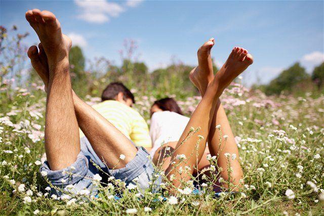 kŕčové žily - nohy - párik - tráva - leto - ležanie v tráve