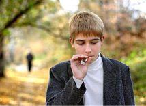 fajčenie - tínedžer - mladík - školák fajčí