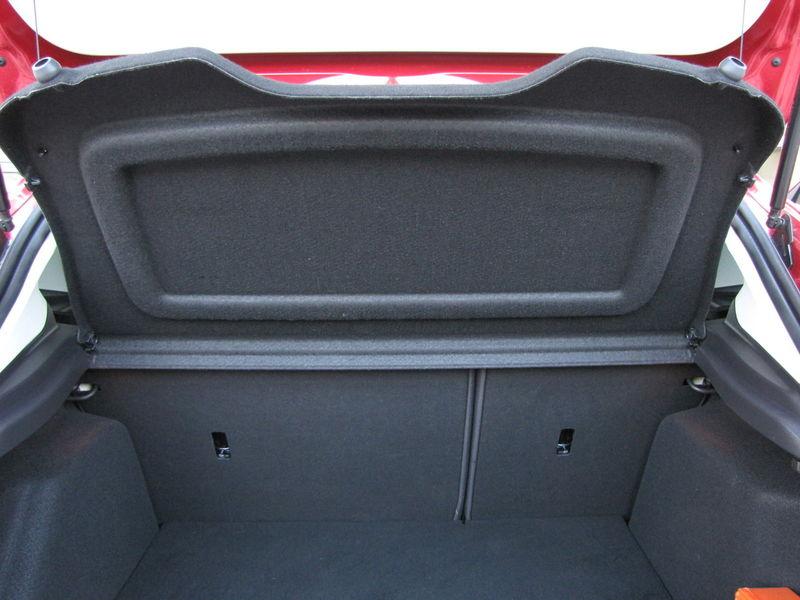 Praktický detail: Ak otvoríte kufor, zadné plató sa pritlačí na otvor za zadnými operadlami, čím v zime zabráni prieniku chladu do kabíny počas nakladania a vykladania batožiny.