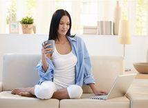 žena - oddych - relax - pohovka - počítač - problém - liečba - inkontinencia.