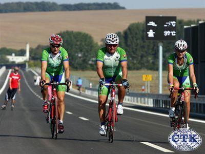 Koncom septembra sa po ceste mohli prejsť chodci, zajazdiť cyklisti. Pre motoristov bola ešte uzavretá.