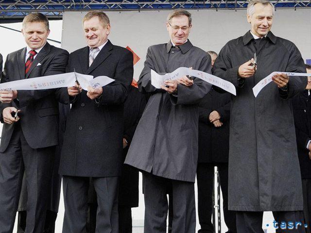 Politici strihajú pásku pri otváraní súkromnej cesty R1. Zľava podpredseda parlamentu a šéf Smeru Róbert Fico, župan Nitrianskeho samosprávneho kraja Milan Belica, predseda parlamentu Pavol Hrušovský a minister dopravy a šéf KDH Ján Figeľ.