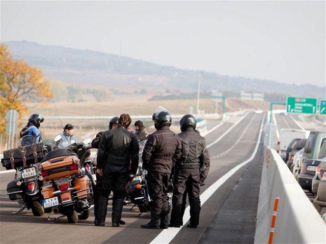 Súkromnú cestu R1 si počas slávnostného otvorenia vyskúšali aj motorkári.