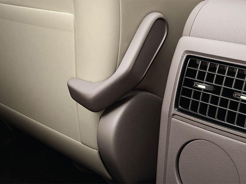 Pákou sa dá priamo zo zadných sedadiel posunúť predné sedadlo viac dopredu.