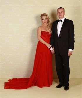 Moderátorka Martina Šimkovičová prišla vo vydražených šatách od Jany Gavalcovej, ktoré pre ňu dražil manžel. .