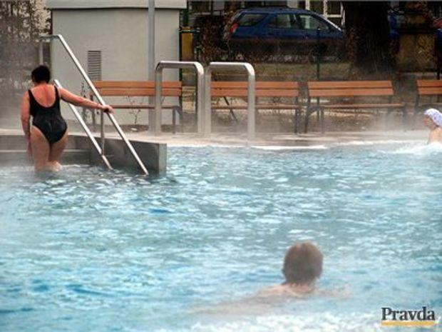 Kúpele Trenčianske Teplice v piatok oficiálne otvárajú nový vonkajší bazén priamo na pešej zóne. Jeho výstavba si vyžiadala 3,6 milióna €. Nerezový bazén s vodou vyhrievanou na 33 až 36 stupňov nesie názov Grand. Do Trenčianskych Tep