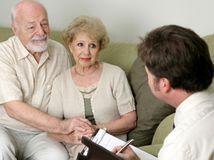 Vystríhajte seniorov, aby sa nestali obeťami podvodov