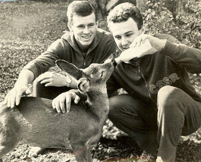 Adamec (vľavo) na sústredení reprezentácie pred MS v Čile 1962 s Rudolfom Kučerom.