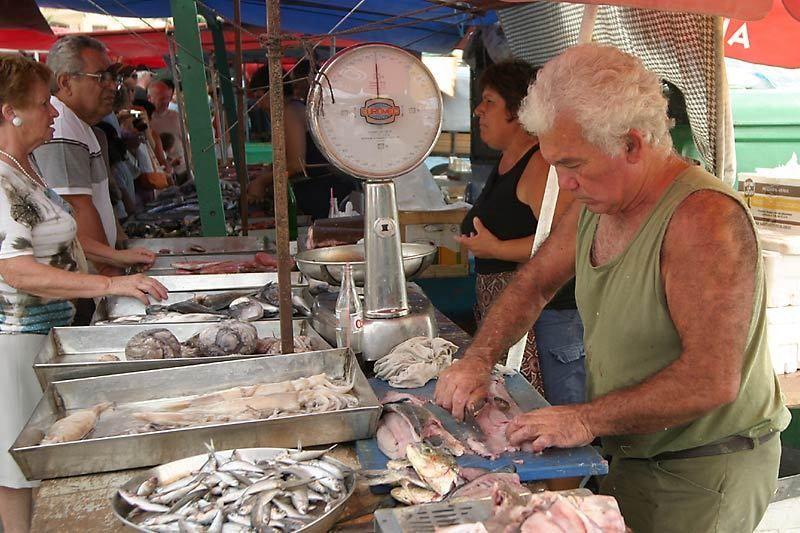 Rybí trh v Marsaxlokk je medzi turistami veľmi obľúbený. Každý deň tu môžu kúpiť čerstvé ryby či iné dary mora.