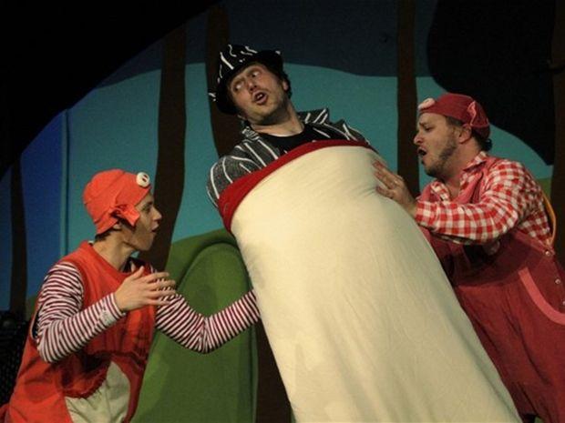 Tomáš Diro (Nepostraško), Peter Cibula (Vlk úžerník) a Juraj Zetyák (Maško) vo Feldekovej hre Tri prasiatka a vlk úžerník.