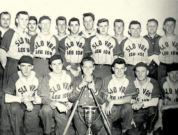 Bejzbalové mužstov zložené z potomkov slovenských prisťahovalcov vo Fort William. Kubinec je v dolnom rade štvrtý zľava. V hornom rade stoja budúci hráči NHL - piaty zľava Pete Backor (prvý víťaz Stanleyho pohára slovenského pôvodu) a ôsmy zľava Rudy Migay (dlhoročný hráč Toronta).