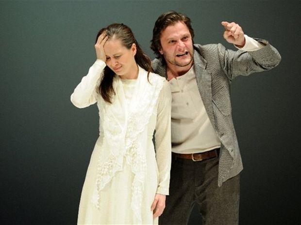 Marek Geišberg ako Raskoľnikov a Tatiana Poláková ako Soňa v inscenácii Zločin a trest v košickom Štátnom divadle.