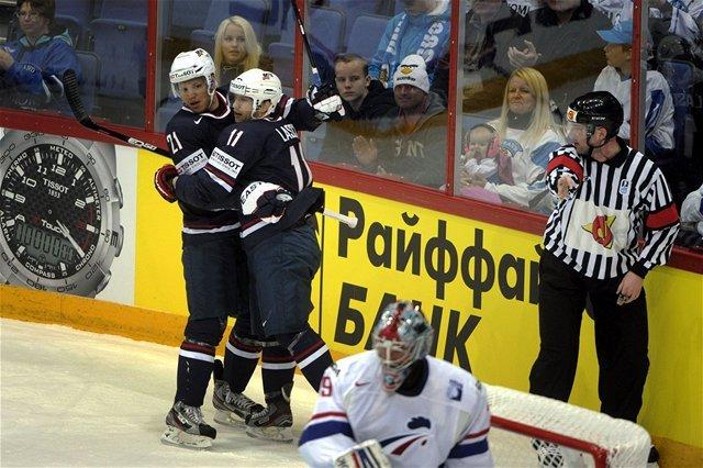 Američania Kyle Okposo (vľavo) a Ryan Lasch sa tešia z gólu proti Francúzsku.