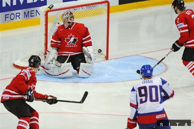 Tomáš Tatar prekonáva kanadského brankára Cama Warda.