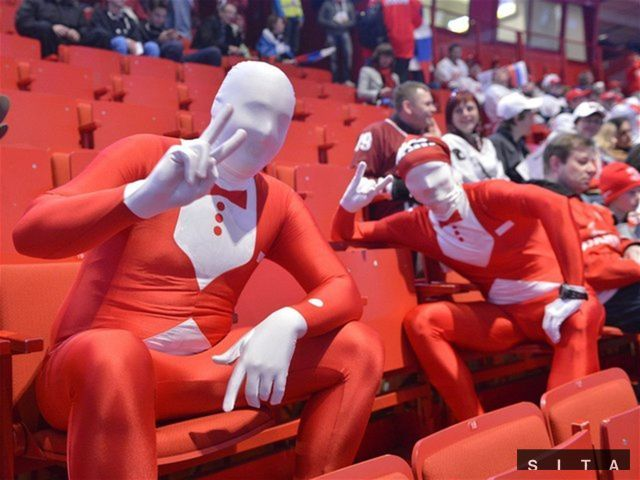 Fanúšikovia Ruska v hale Globen a za nami prázne sedačky...
