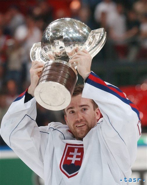 Žigmund Pálffy s majstrovskou trofejou z roku 2002. Zlato zo Švédska ostane vrcholom jeho kariéry.