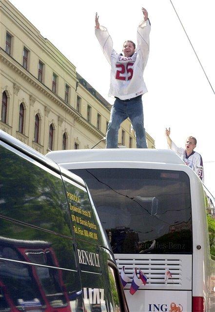 Brankár Ján Lašák oslavoval zisk zlatých medailí na streche autobusu.