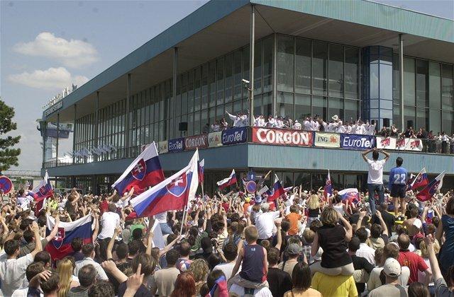 Tím majstrov sveta privítali na letisku i v uliciach hlavného mesta tisícky fanúšikov.