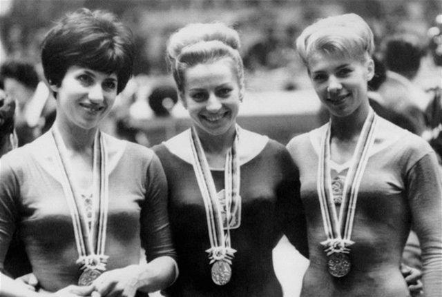 Tri najlepšie z cvičenia na kladine na OH 1964 v Tokiu: zľava strieborná Tamara Maninová z Ruska, Věra Čáslavská a Latisa Latyninová.